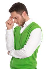 Nachdenklicher Mann isoliert in Grün hat Probleme im Beruf