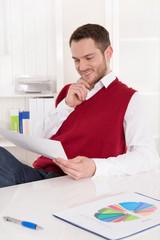Business Mann freut sich über ein positives Umsatzergebnis