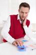 Buchhalter analysiert die Einnahmen und Ausgaben