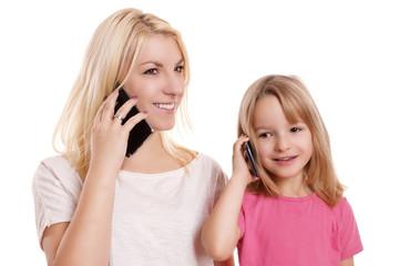 Mama und Kind telefonieren