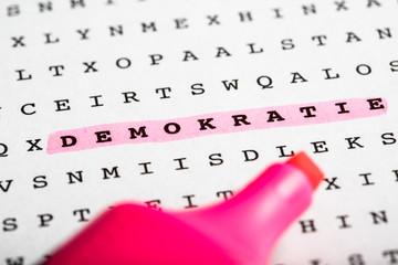 Buchstaben Rätsel und Textmarker - Demokratie