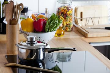 Kochtopf und weitere Küchenutensilien