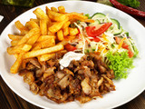 Gyros mit Pommes Frites und Salat