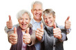 Drei Senioren halten glücklich Daumen hoch - 61867232