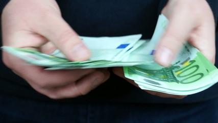 Man counting 100 Euro banknotes