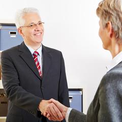 Hände schütteln beim Bewerbungsgespräch