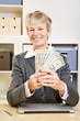 Frau mit Fächer aus Dollar im Büro