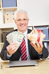 Geschäftsmann mit Dollar und Sparschwein