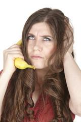 Junge Frau mit einer Banane - symbolisch telefonieren