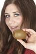 Junge Frau mit einer Kiwi