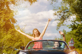 Paar mit Cabrio im Sommer auf Ausflug