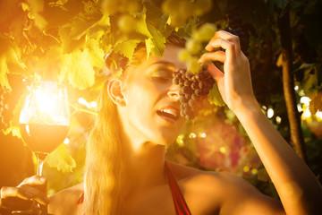 Weinprinzessin im Weingut mit Wein