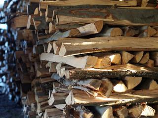 Brennholzlager in Scheune