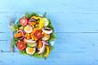 gemischter Fitness-Salat auf blauen Untergrund