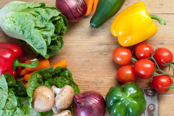 Gemüse auf Holzbrett rund