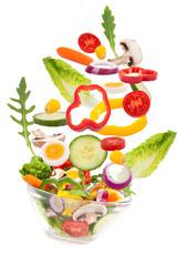 Salat fällt in Glasschale