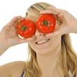 Twen mit Tomaten auf den Augen