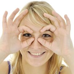 Twen formt Finger zu Brille