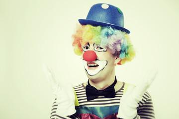 Clown mit ausgebreiteten Händen