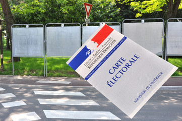 carte électorale et panneaux d'affichage