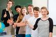 Lehrer motiviert Schüler einer Klasse in der Schule