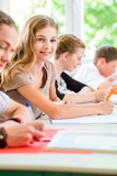 Fototapety Schüler schreiben Klassenarbeit in Schule