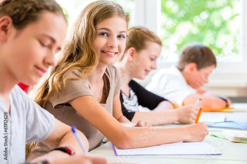 Leinwanddruck Bild Schüler schreiben Klassenarbeit in Schule