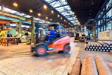 Lieferung mit Gabelstapler in Industriehalle
