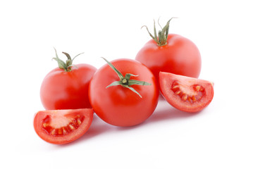 pomodori rossi maturi su sfondo bianco