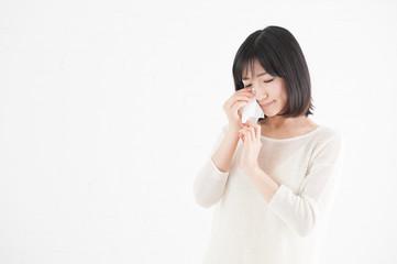 涙をふく女性