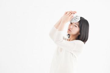 氷嚢を頭にあてる女性
