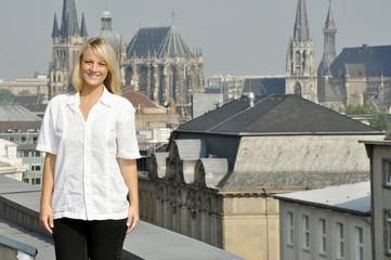 Frau auf Dachterrasse über Aachen