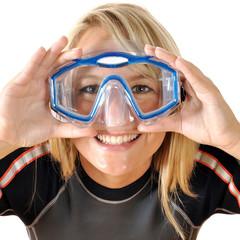 Twen in Tauchanzug hält Taucherbrille