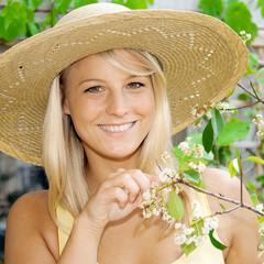 Frau bei Pflanzen-Pflege
