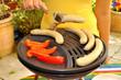 Gas-Grill mit Bratwurst und Paprika