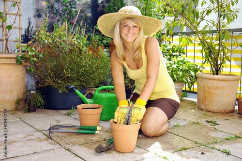 canvas print picture Gärtnerin bei Garten-Arbeit auf Terrasse