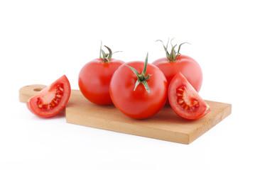 pomodoro rosso maturo sul tagliere su sfondo bianco