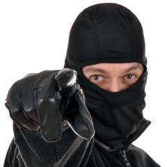 Einbrecher zeigt mit Lederhandschuh