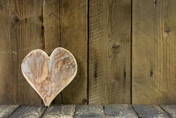 Holzherz - Herz auf Holz Hintergrund rustikal im Landhausstil