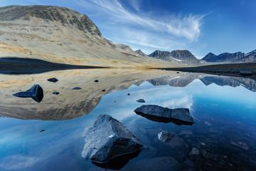 Bergsee in Lappland mit Spiegelung