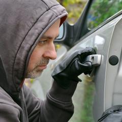 Dieb öffnet Auto-Tür