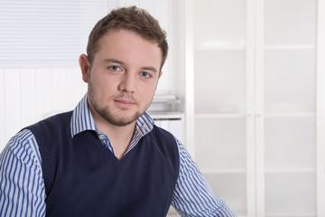 Portrait: Junger Mann als Berater einer Bank