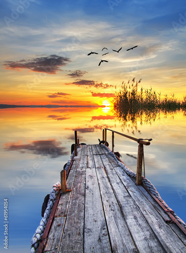 la tranquilidad de un amanecer - 61954054