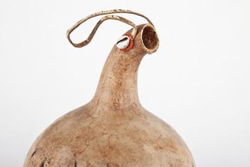 Kalebasse mit Aufhänger und Zierrat