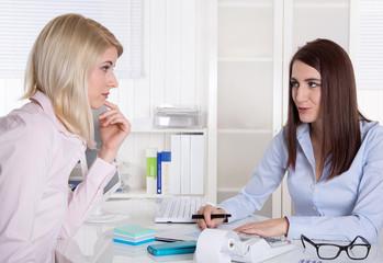 Zwei junge Frauen im Beratungsgespräch