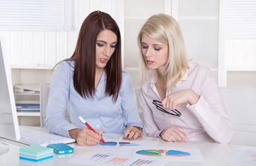 Junge Frauen arbeiten im Team - sitzend im Büro