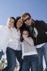 Familia feliz en contrapicado