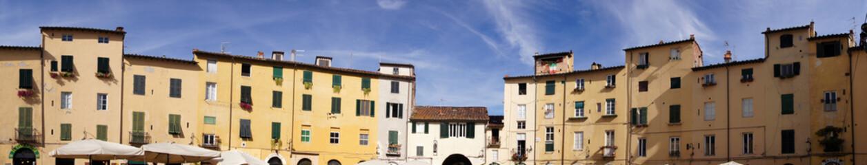 Place de l'amphithéâtre à Lucca / Lucques