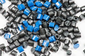 blaues + schwarzes Kunststoffgranulat