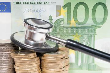 Stethoskop mit Euromünzen und Geldschein